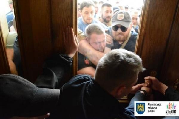 Слідчі кваліфікували штурм Львівської міської ради як хуліганство (Відео)