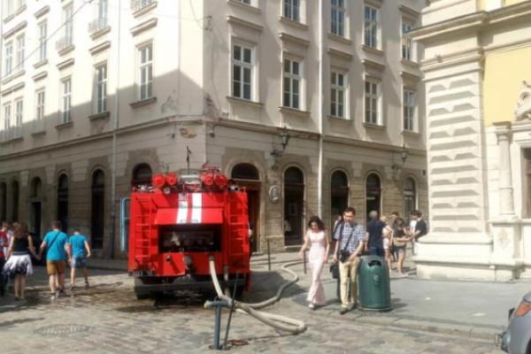 У центрі Львова погасили загоряння в ресторані (Відео)