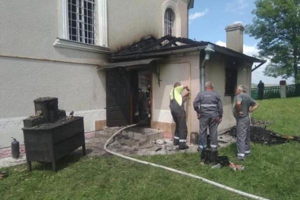 На Львівщині внаслідок пожежі ледь не згоріла церква (Фото)