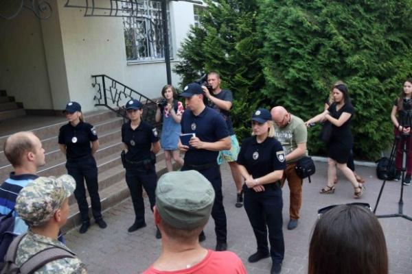 У Львові затримали чоловіка з битою та ножами (Фото)