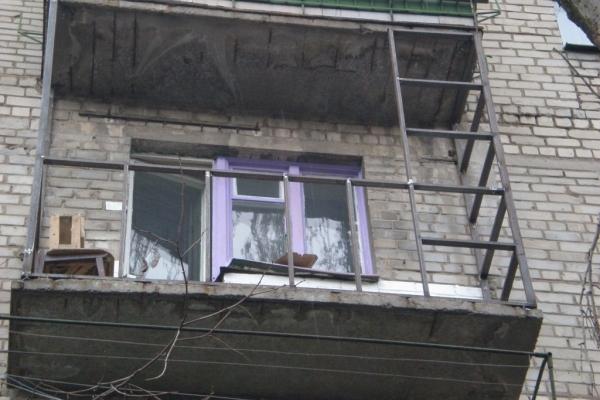 Львів'янин, зрізаючи металеві поручні, впав з балкона