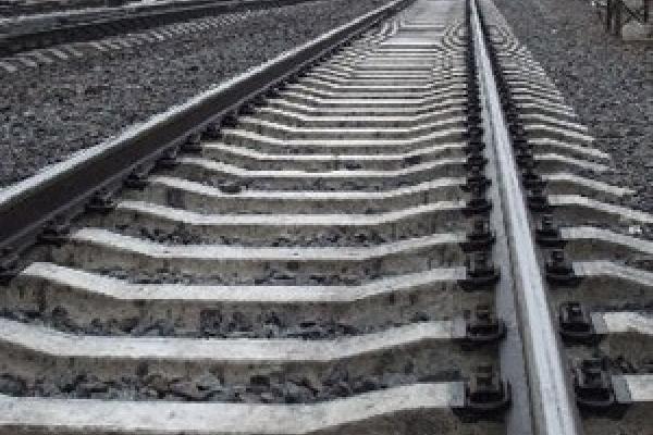 На Львівщині виявили травмовану дитину на залізничній колії