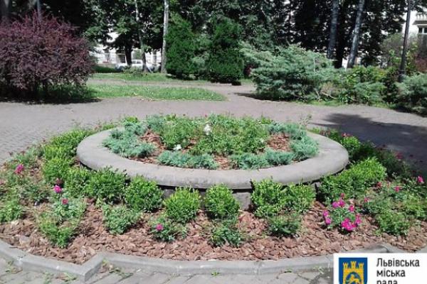 У Львові «реанімували» сквер біля палацу залізничників