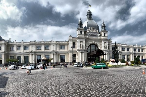 Замінування у Львові: евакуювали вокзал