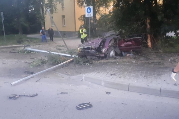 У Львові 21-річна дівчина на Mercedes спробувала втекти з місця ДТП, але врізалася в дерево і загинула