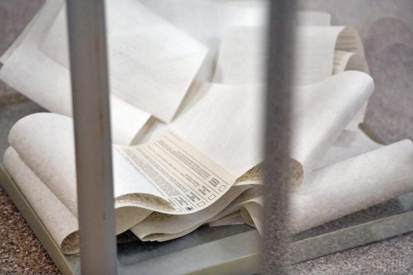 У Львові жінка проголосувала 10 бюлетенями за мажоритарного кандидата