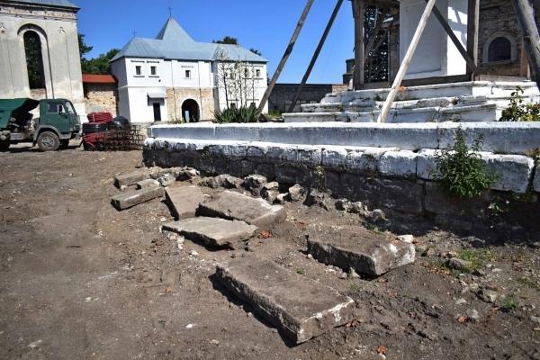 В монастирі на Львівщині будівники знищили десятки поховань (Фото)