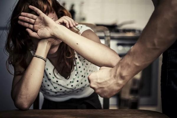 На Львівщині батьку-тирану тимчасово заборонили спілкуватися з донькою