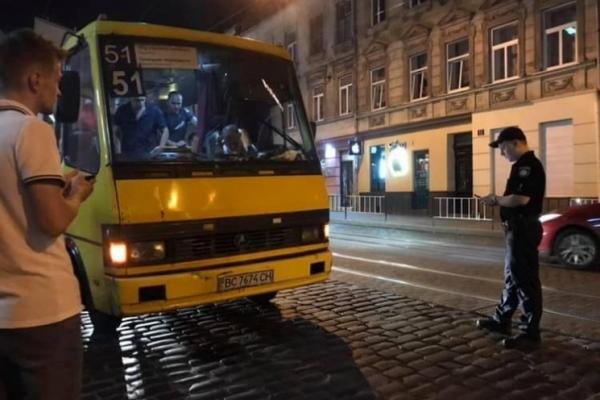 У центрі Львова затримали дуже п'яного водія переповненої пасажирами маршрутки
