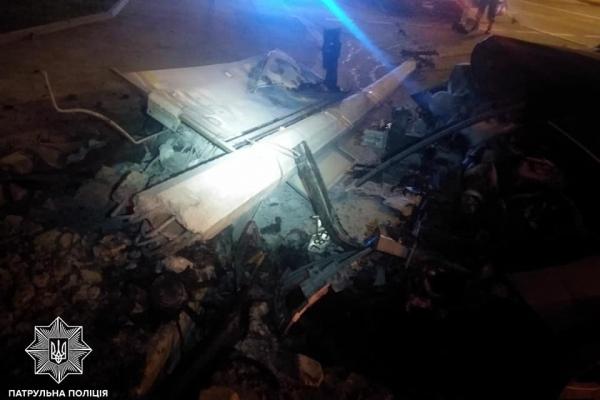 У Львові п'яна жінка на автомобілі збила електроопору (Фото)