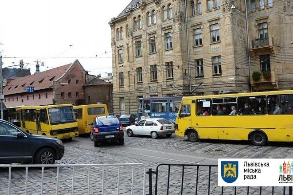 У Львові автобуси влаштували перегони