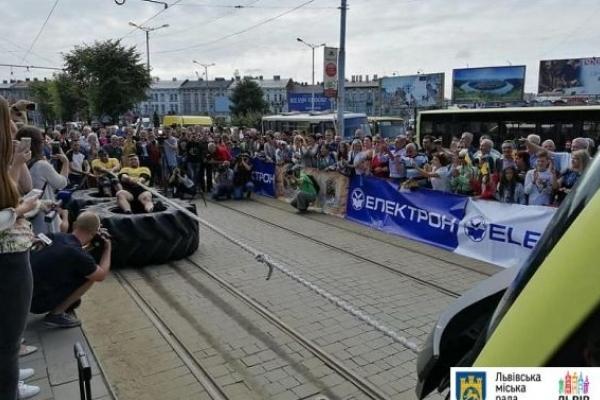 У Львові встановили рекорд із перетягування трамваїв «Електрон»
