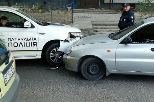 У Львові патрульний автомобіль та легковик. Заблоковано вулицю