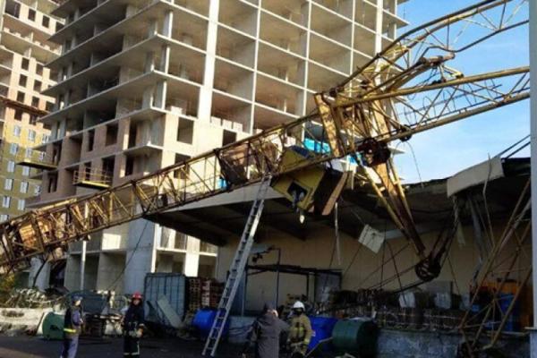 Лікарі розповіли про стан постраждалої внаслідок падіння будівельного крану на Сихові
