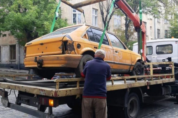 Власників покинутих авто у Львові просять забрати свої машини (Відео)