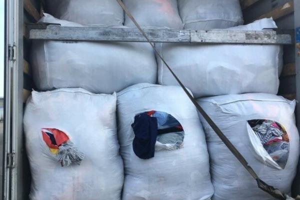 Модний бутік у мішках: через львівський кордон намагалися провезти 10 тон брендового одягу (Фото)