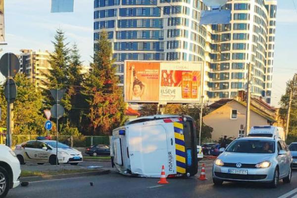Автомобіль поліції зіткнувся у Львові з легковиком