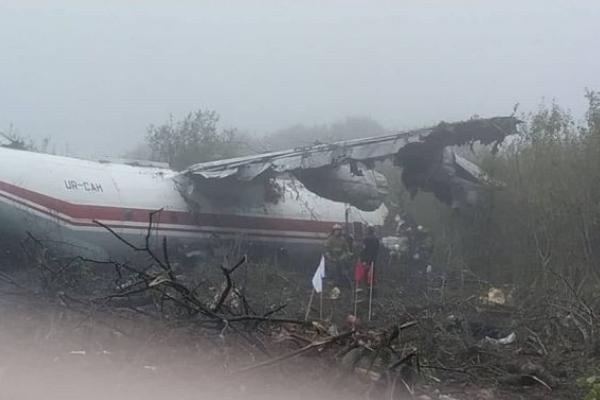 Аварійна посадка: Рятувальники деблокували поблизу Львова трьох потерпілих із пошкодженого літака