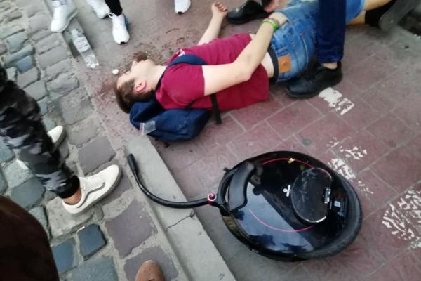 У Львові хлопець розбив голову через моноколесо (Фото)