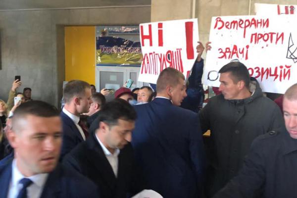 Зеленського в Тернополі зустріли криками «ганьба» (Відео)