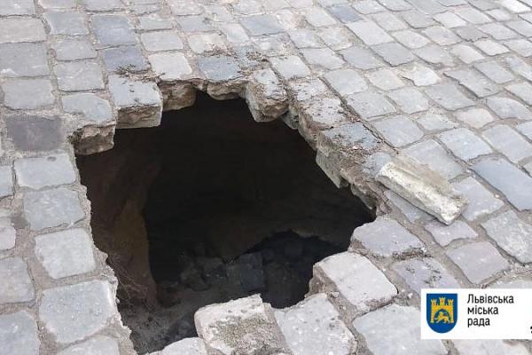 У Львові посеред дороги утворилось провалля