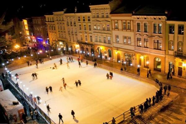 Стало відомо, коли на площі Ринок облаштують льодову ковзанку
