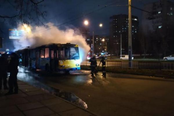 Палаючий тролейбус у Львові: встановлюють причини пожежі (Відео)