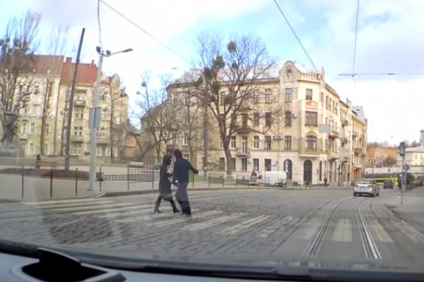 Напад на жінку на переході у Львові. Деталі (Відео)
