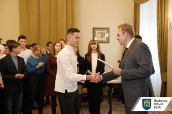 30 львівських школярів отримали по 10 тисяч гривень