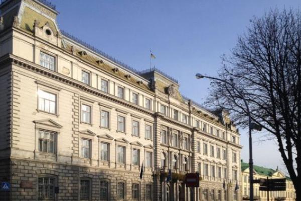 Медики пікетують будівлю Львівської облради