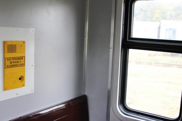 На станції Пустомити невідомі закидали камінням електричку (Фото)
