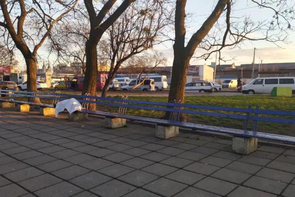 У Львові на лавці біля вокзалу помер чоловік