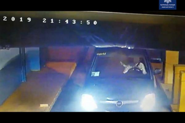 У підземному паркінгу затримали водія під наркотичним кайфом