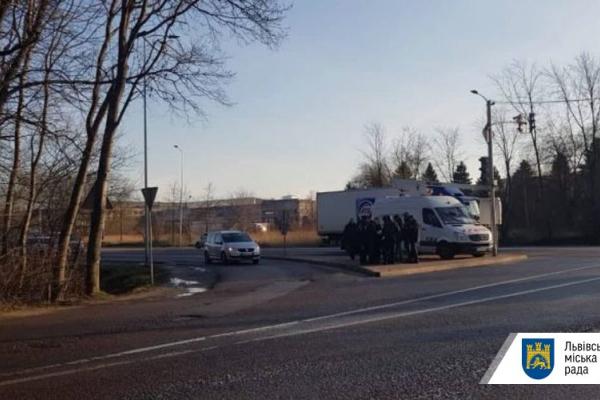 На виїзді зі Львова зловмисники обстріляли бойовими патронами камеру відеонагляду