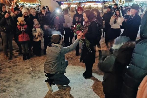 У центрі Львова біля ялинки чоловік освідчився дівчині (Відео)