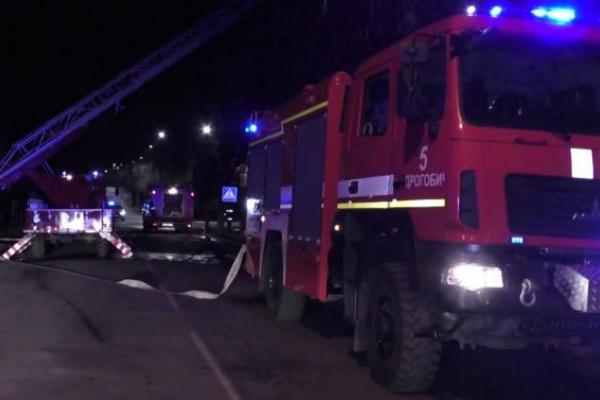 На Львівщині вивели з палаючого будинку 19 людей (Відео)