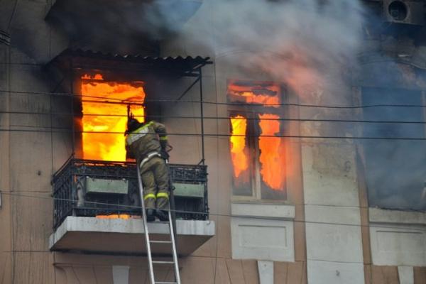 У закинутій будівлі Львова ледь не згорів безхатченко