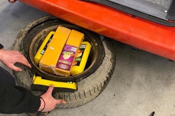 У запасці та інших сховках: українець приховав від галицьких митників 130 кг сиру
