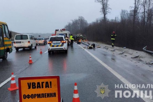 ДТП на Львівщині: водій загинув унаслідок зіткнення з відбійником