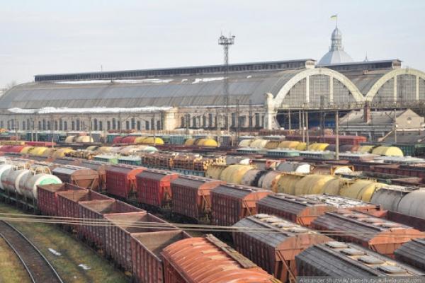 Залишився без ноги: У Львові на залізничній станції вагон наїхав на робітника