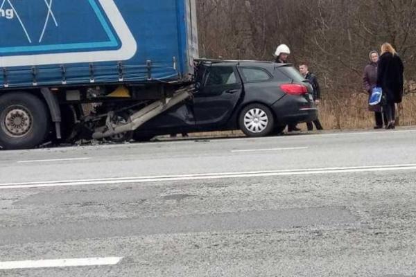 На Львівщині легковик врізався у вантажівку