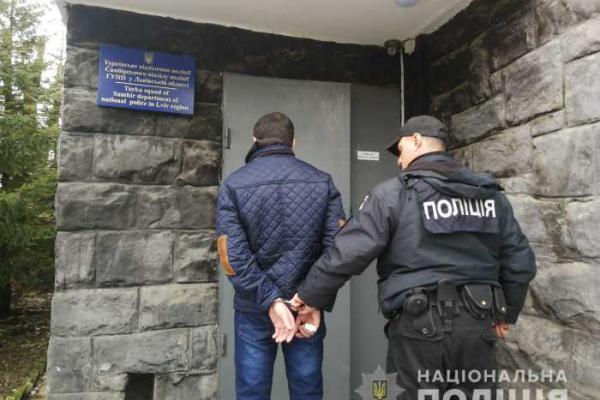 Жителю Львівщини, який заподіяв тілесні ушкодження жінці та поліцейському, загрожує до п'яти років позбавлення волі