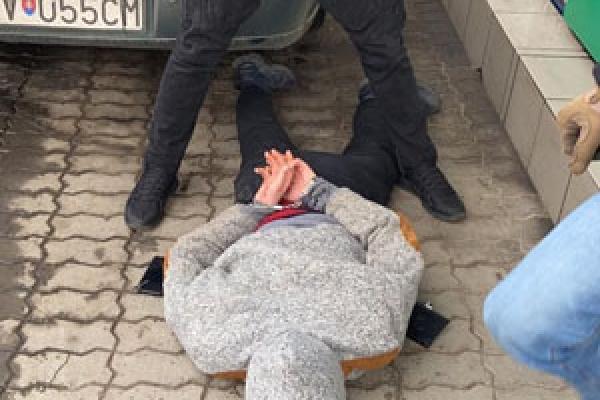 1000 доларів за сприяння контрабанді тютюну – ДБР затримало прикордонника (Фото)