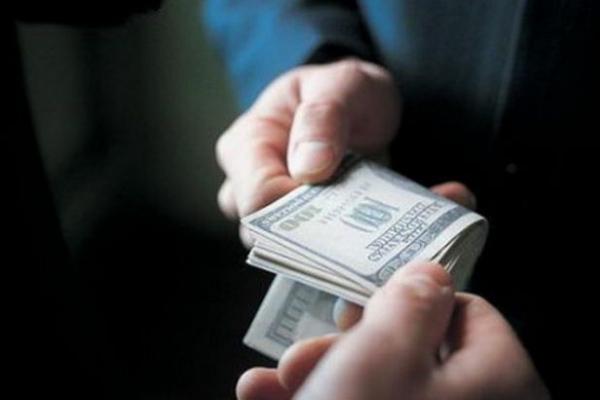 800 доларів США хабара за допомогу у контрабанді тютюну до Угорщини – прикордонник постане перед судом