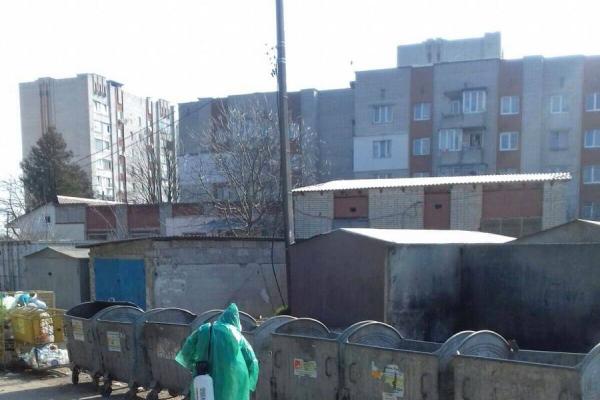 У Львові дезінфікують смітники: на працівниках звичайні плащі від дощу