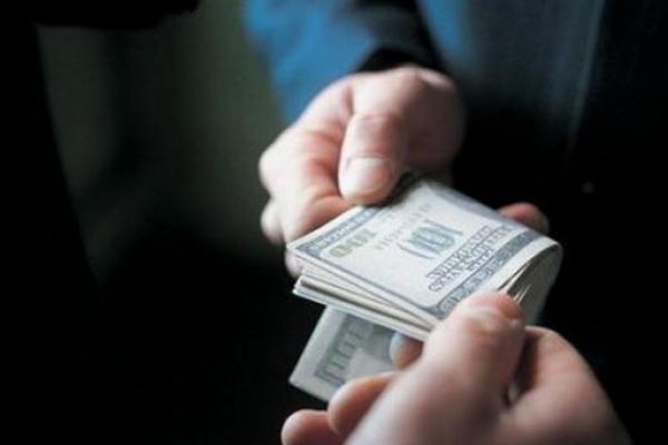 Колишній оперуповноважений та його родич відповідатимуть у суді за вимагання 4 000 доларів США від студентів