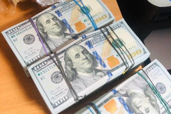 На пункті пропуску «Рава-Руська» у 26-річного чоловіка виявлено 160 тисяч доларів США (Фото)