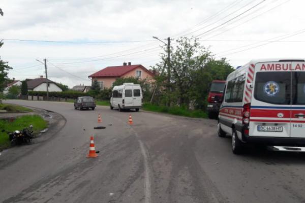 У Жовкві п'яна з самого ранку мотоциклістка врізалась у мікроавтобус (Фото)