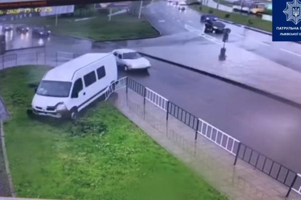 У Львові п'яний водій на швидкості в'їхав в огорожу (Відео)