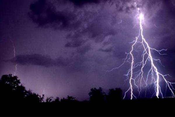 На Львівщині під час грози у жінку влучила блискавка